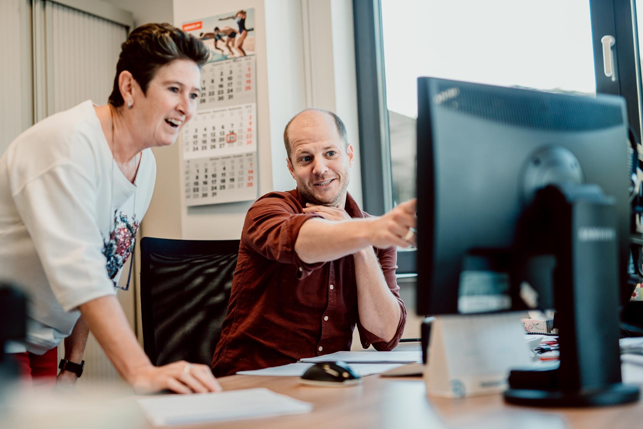Des employés d'All Sport qui traitent des demandes d'exportation à l'aide d'un ordinateur